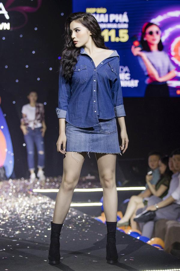 Hoa hậu Việt Nam 2014 làm vedette trình diễn sưu tập thời trang denim trong dịp kỷ niệm 6 năm thành lập một website thương mại điện tử lớn.