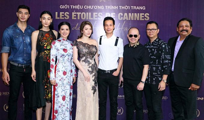 Các nghệ sĩ và những người bạn thân thiết chụp ảnh cùng Hoàng Hải tại buổi họp báo ở TP HCM.