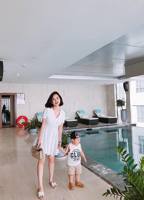 Khánh Ly và cậu con trai Khoai Tây tới TP HCM hôm 2/5. Trong chuyến đi này, hot girl Nhật ký Vàng Anh kết hợp cho con trai đi chơi, giải quyết một sốchuyện cá nhân và ăn cưới cô bạn thân Diệp Lâm Anh.