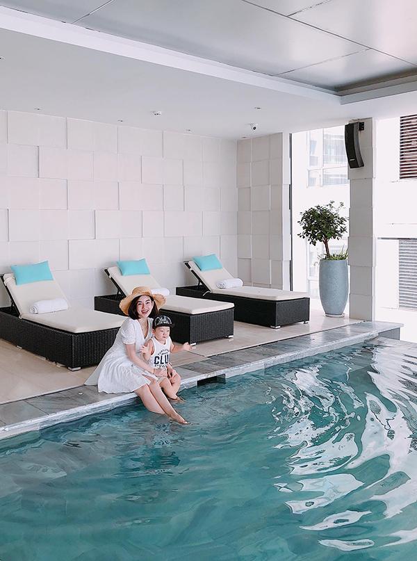 Khánh Ly cùng con trai vui vẻ nghịch nước ở bể bơi.