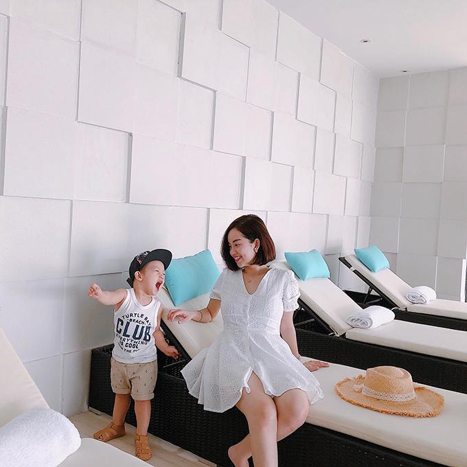 Những khoảnh khắc vui đùa dễ thương của Khánh Ly và con trai.