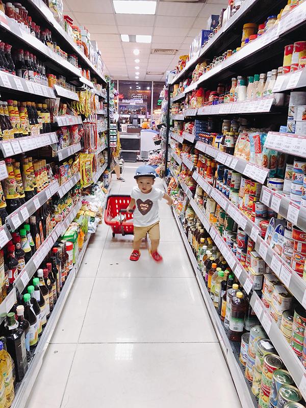 Khoai Tây kéo giỏ đồ khi cùng mẹ đi siêu thị mua sắm.