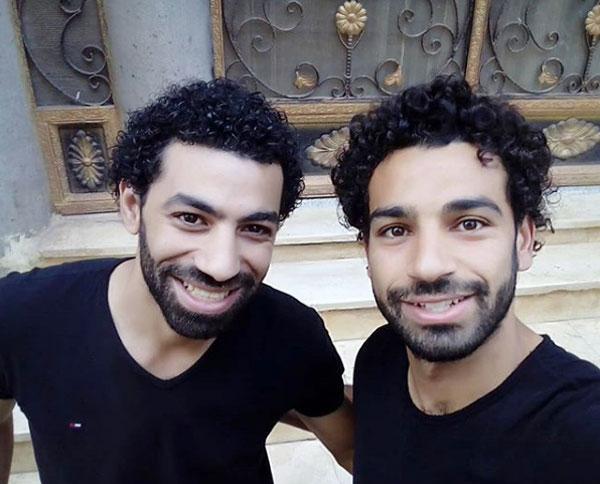 Salah (phải) và bản sao