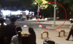 Cảnh sát giao thông Trung Quốc dùng thân mình chặn 'xe điên'