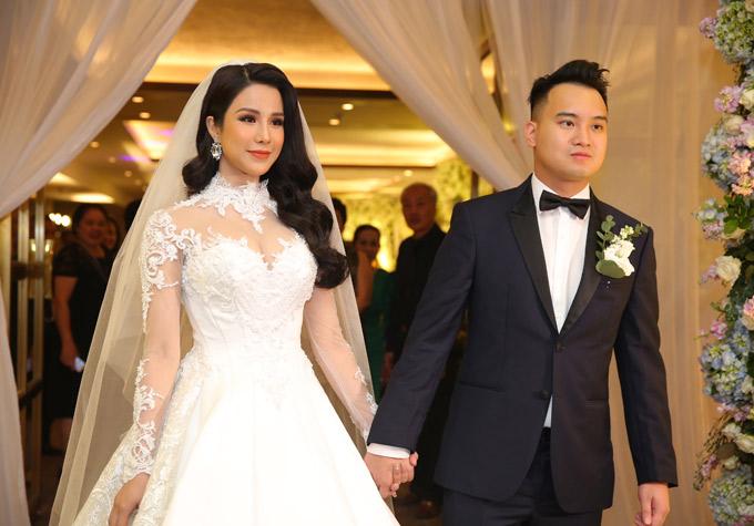 Diệp Lâm Anh và ông xã kém tuổi nắm tay nhau ra đón khách tới dự tiệc cưới.