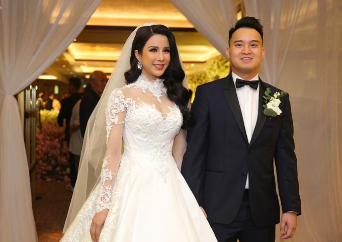 Diệp Lâm Anh xinh đẹp rạng ngời trong tiệc cưới ở TP HCM. Cô hơn chồng một tuổi nhưng nhìn cả hai rất xứng đôi.