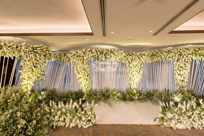 Hôn lễ của họ tổ chức ở một khách sạn 5 sao sang trọng bậc nhất Sài Gòn. Một người bạn thân thiết với Diệp Lâm Anh tiết lộ, chú rể Nghiêm Đức chi 1,3 tỷ đồng chỉ để mua hoa tươi trang trí cho tiệc cưới.
