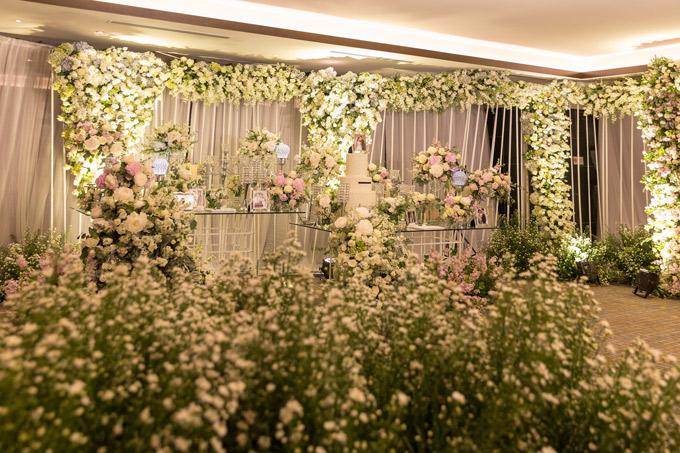 Hoa hồng trắng, cẩm tú cầu, hoa bi được bố trí dày đặc bên ngoài sảnh tiệc.