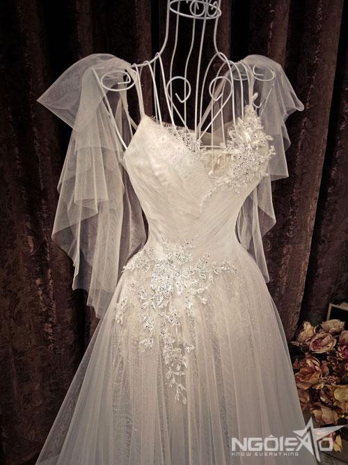 Mẫu váy hai dây có thêm phần tay phụ điệu đà.