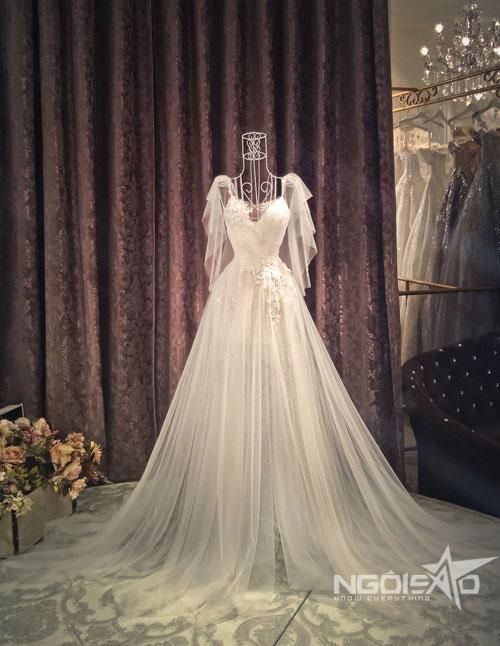 Chân váy chữ A có một đường xẻ cao để khoe khéo đôi chân thon dài của cô dâu cùng với mỗi bước đi.
