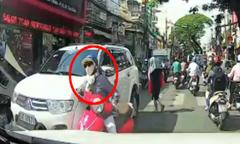 'Nữ ninja' cắt mặt hàng loạt xe máy để sang đường, bị ôtô tông