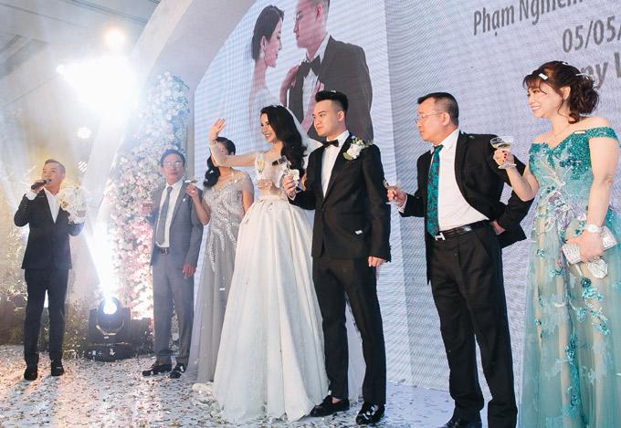 MC Anh Khoa cầm trịch hôn lễ của cô em thân thiết.