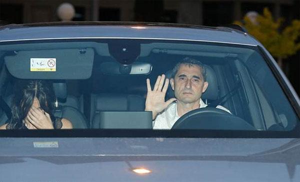 Người dơi ngồi trong xe Iniesta đi dự tiệc mừng cú đúp danh hiệu - 7
