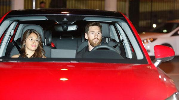 Người dơi ngồi trong xe Iniesta đi dự tiệc mừng cú đúp danh hiệu - 2