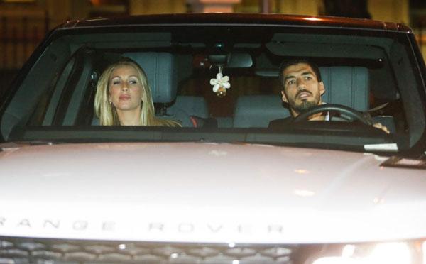 Người dơi ngồi trong xe Iniesta đi dự tiệc mừng cú đúp danh hiệu - 3