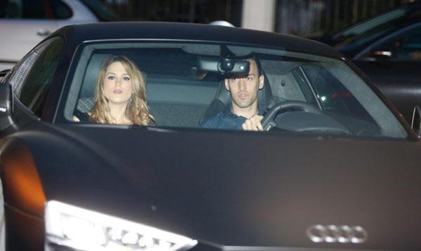 Người dơi ngồi trong xe Iniesta đi dự tiệc mừng cú đúp danh hiệu - 4