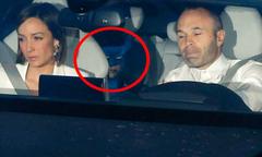 'Người dơi' ngồi trong xe Iniesta đi dự tiệc mừng cú đúp danh hiệu