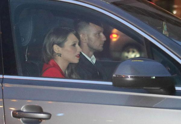 Người dơi ngồi trong xe Iniesta đi dự tiệc mừng cú đúp danh hiệu - 5