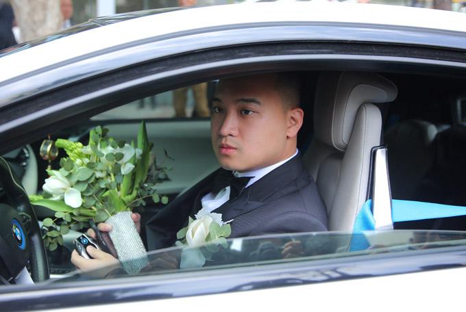 Chú rể cầm hoa cưới, hồi hộp vào làm lễ xin dâu.