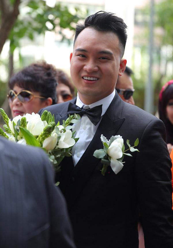 Chàng thiếu gia cười tươi rạng rỡ trong ngày cưới.