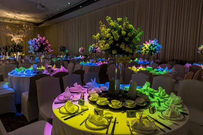 Mỗi bàn đều có ghi chú để khách dự tiệc biết vị trí dành cho mình.