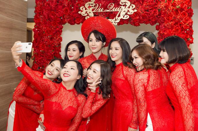Không gian lễ cưới nhà nữ ca sĩ ngập một sắc đỏ.