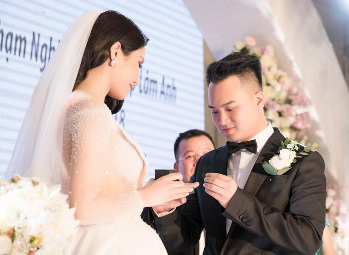Chàng doanh nhân sinh năm 1990 trao nhẫn cưới cho vợ yêu.