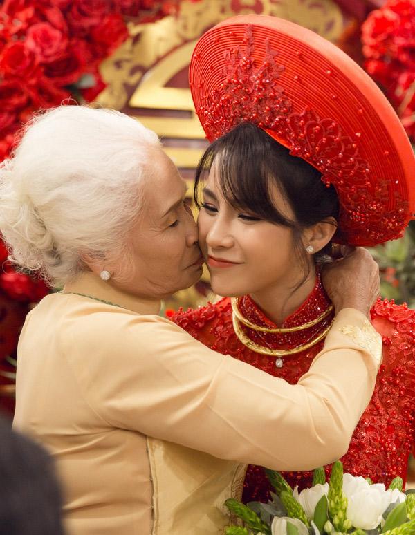 Người thân, họ hàng hai bên chúc phúc cho nữ ca sĩ.