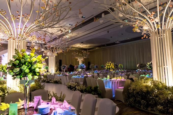 Các lối đi trong phòng tiệc cũng được bố trí hoa tươi.