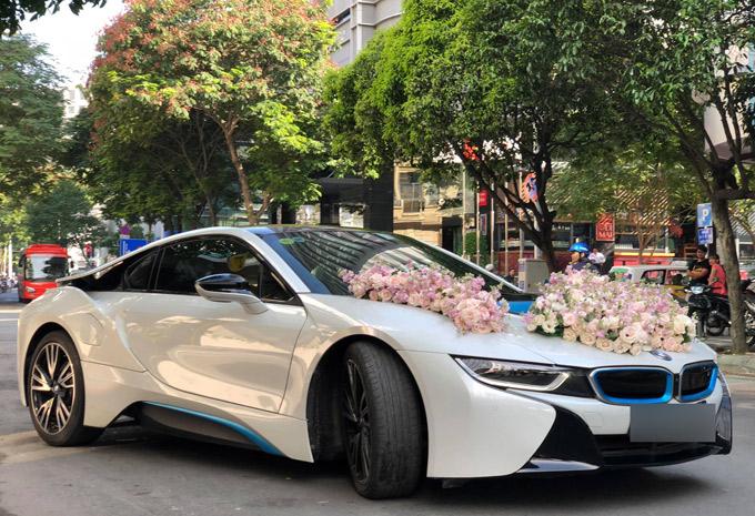 Cổng hoa nhà trai trang trí từ chiều 4/5 nhưng sáng 5/5 gia đình Nghiêm Đức mới chuẩn bị xe hoa.