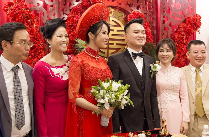 Bố mẹ Diệp Lâm Anh và bố mẹ Nghiêm Đức cười tươi chụp ảnh cùng hai con tại lễ cưới.