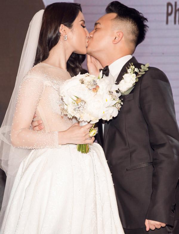 Một lần nữa tân lang và tân nương trao nhau nụ hôn say đắm.