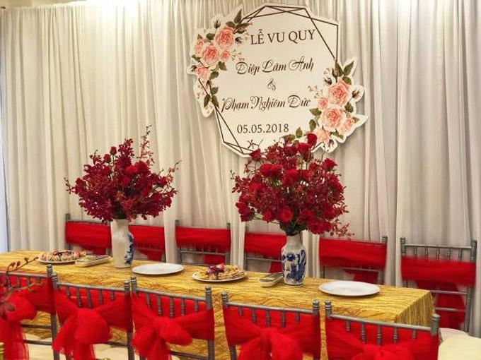 Hoa hồng, hoa lan đỏ được cô dâu chọn trang hoàng cho ngày vu quy.