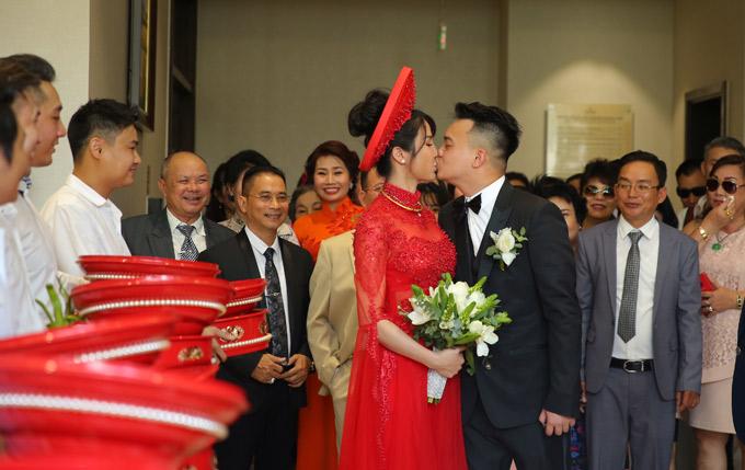 Trước mặt người thân hai bên, cô dâu - chú rể trao nhau nụ hôn ngọt ngào.