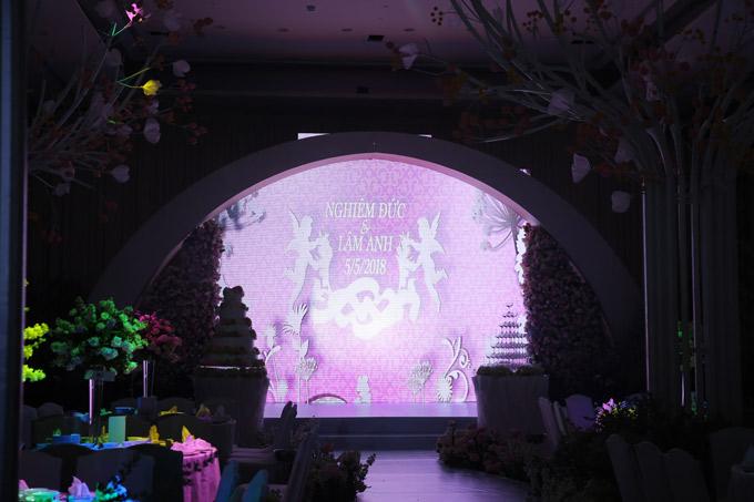 Sân khấu lung linh - nơi cô dâu, chú rể lên thực hiện nghi thức cưới.