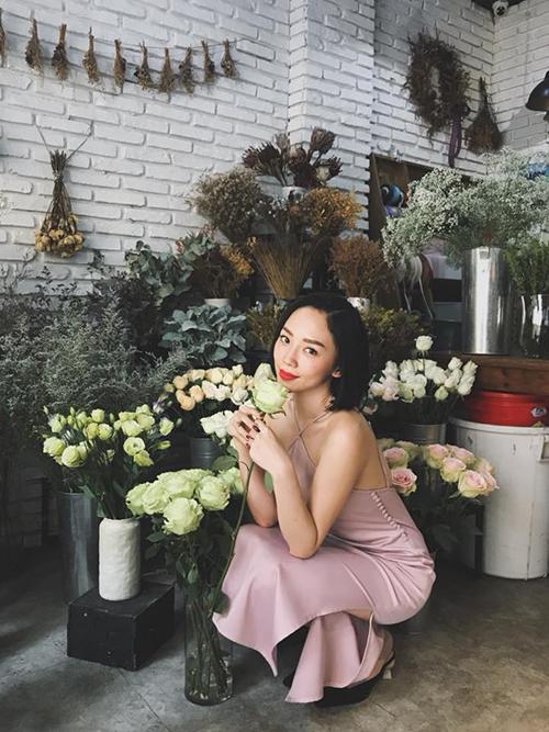 Tóc Tiên diện chiếc váy màu hồng pastel dịu dàng, xuống phố dạo cửa hàng hoa.