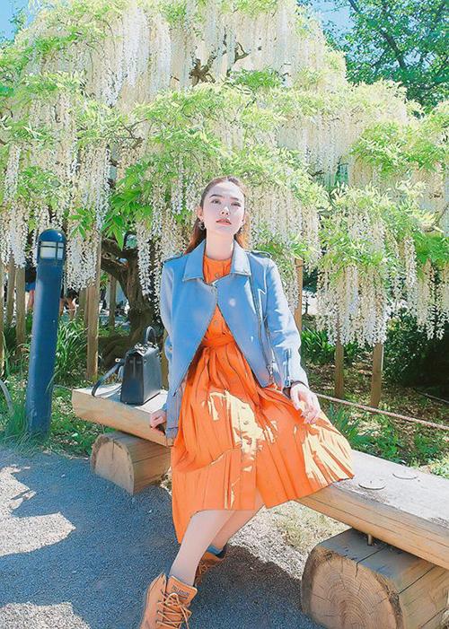 Minh Hằng tiếp tục những ngày rong chơi ở Nhật. Cô ghé thăm công viên hoa tử đằng nổi tiếng gần thủ đô Tokyo.