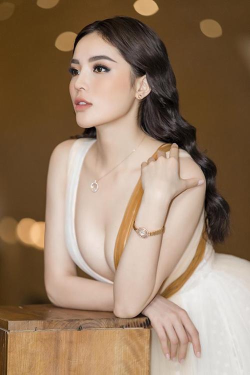 Kỳ Duyên diện áo cổ khoét sâu, khoe bầu ngực đầy đặn, bỏng mắt khi đi dự sự kiện.