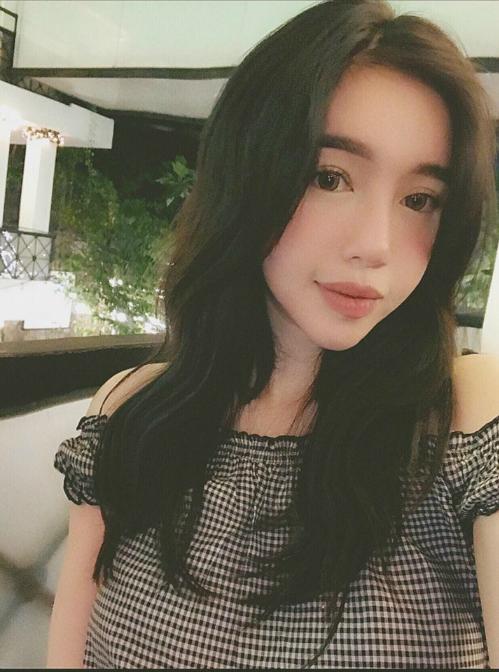 Elly Trần làm mặt lạnh lùng và bình luận: Dạo này tiết kiệm nụ cười lắm luôn.