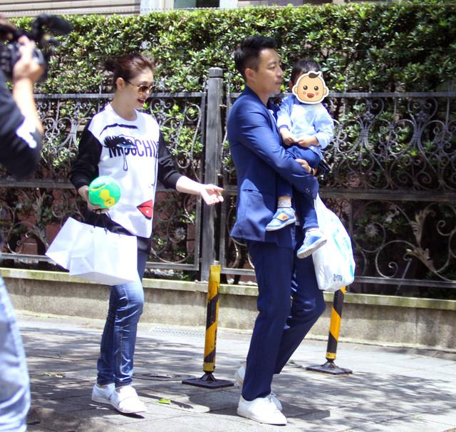Vợ chồng Từ Hy Viên cho con trai ra công viênở quận Tín Nghĩa,Đài Bắc vui chơi nhân ngày nghỉ cuối tuần. Cậu nhóc nhà họ Uôngđãđược 2 tuổi, béđược bố bế, trong khi mẹ xách theo một vài túiđồ chơi. Từ Hy Viên mang thai khoảng hơn 3 tháng,đây là lần thứ ba cô bầu bí.