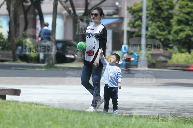 Trò chuyện với báo chí, Hy Viên tiết lộ cậu nhóc thứ hai rất hiền, thường bị chị cả bắt nạt.