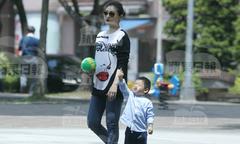 Từ Hy Viên bế bụng bầu đưa con trai đi công viên