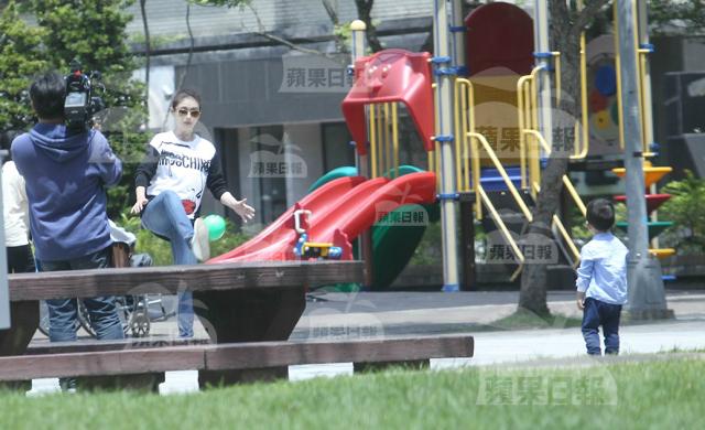 Từ Hy Viên bế bụng bầu hơn 3thángđưa con traiđi công viên - 5