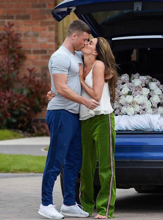 Mặc đồ ở nhà, chân đi đất nhưng người đẹp 4 con và chồng sắp cưới Michael ONeil vẫn trao nhau nụ hôn đắm đuối trong khuôn viên nhà hôm 4/5.