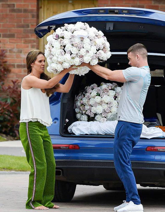 Danielle Lloyd và người tình kém 3 tuổi khệ nệ ôm những bó hoa lớn vào nhà, rộ tin hai người sẽ tổ chức đám cưới và cuối tuần này.