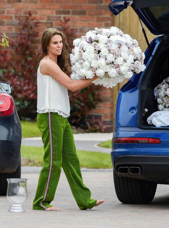 The Sun cho rằng, việc những bó hoa hồng lớn xuất hiện ở nhà Danielle Lloyd cho thấy người đẹp sẽ tiến hành hôn lễ tại nhà vào ngày cuối tuần.