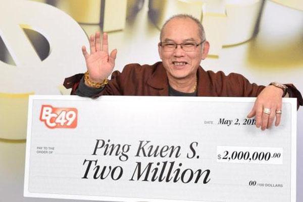 Ông Ping Kuen Shum đi nhận giải thưởng 2 triệu dollar Canada (1,5 triệu USD) hôm 2/5. Ảnh: British Columbia Lottery Corporation