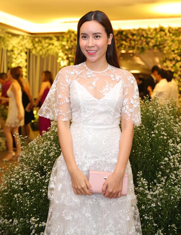 Ca sĩ Lưu Hương Giang đi dự đám cưới một mình.