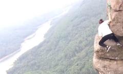 Cô gái trèo lên mỏm đá chông chênh giữa trời để chụp ảnh
