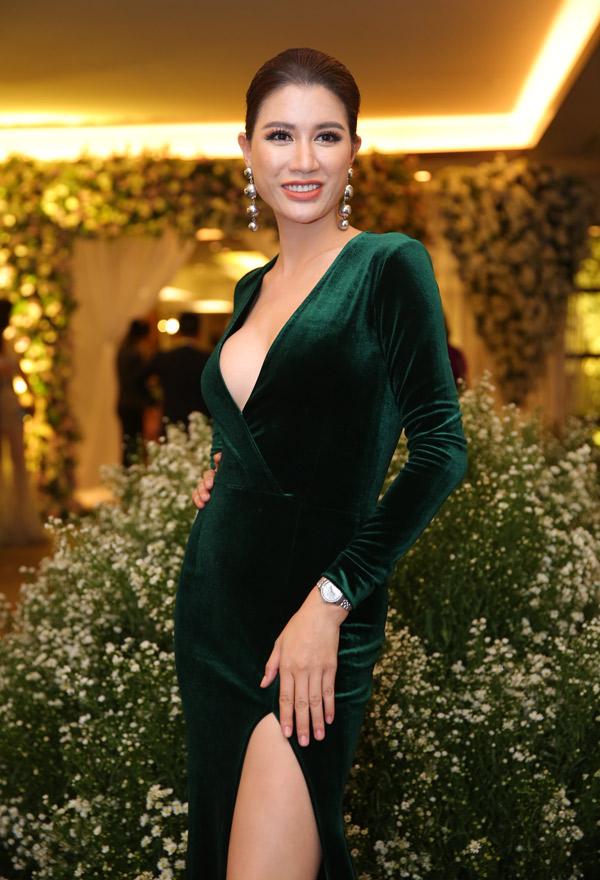 Gái một con Trang Trần khoe dáng với váy nhung cắt xẻ táo bạo.